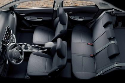 Suzuki Baleno EW Innenansicht Draufsicht statisch Rücksitze Vordersitze und Armaturenbrett