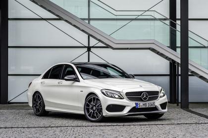 Mercedes AMG C-Klasse W205 Aussenansicht Front schräg statisch weiss