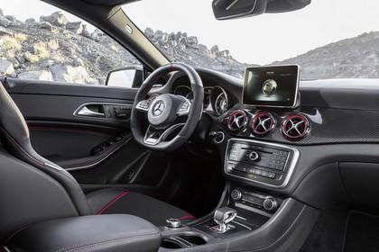Mercedes-AMG A 45 Innenansicht Beifahrerposition statisch schwarz