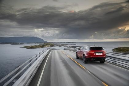 Land Rover Range Rover Velar Aussenansicht Heck schräg dynamisch rot