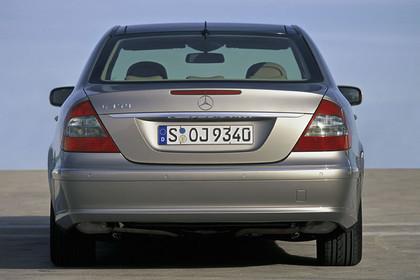 E-Klasse Limousine W211 Aussenansicht Heck schräg statisch silber