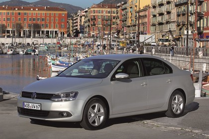 VW Jetta 6 Aussenansicht Front schräg statisch silber