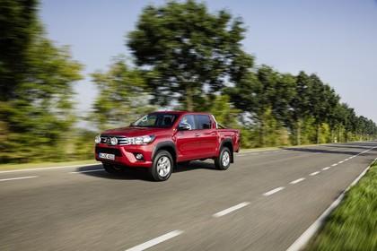 Toyota Hilux AN1P Aussenansicht Front schräg dynamisch rot