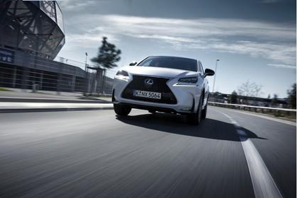 Lexus NX AZ1 Aussenansicht Front schräg dynamisch weiss
