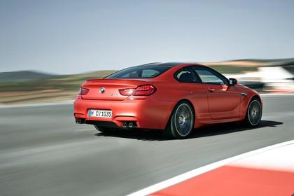 BMW M6 Coupé F13 Aussenansicht Heck schräg dynamisch rot