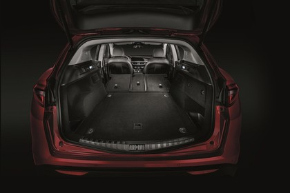 Alfa Romeo Stelvio 949 Innenansicht statisch Studio Kofferraum Rücksitze umgeklappt