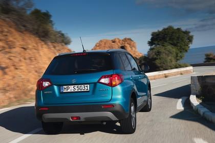 Suzuki Vitara 2 LY Aussenansicht Heck schräg dynamisch blau