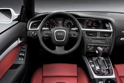 Audi A5 Cabrio Innenansicht Fahrerposition Studio statisch rot