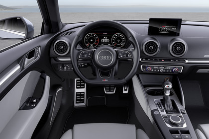 Audi A3 8V Dreitürer Facelift S-line Innenansicht Fahrerposition statisch hellgrau