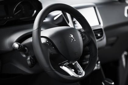 Peugeot 2008 A94 Innenansicht statisch Lenkrad und Armaturenbrett