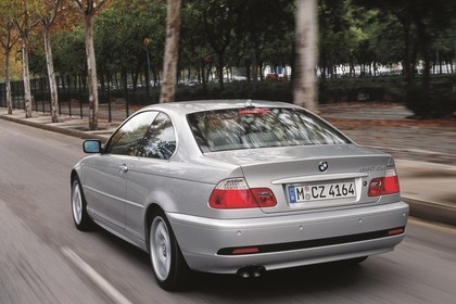 BMW 3er Coupé E46 LCI Aussenansicht Heck schräg dynamisch silber