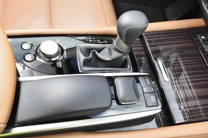 Lexus GS L10 Innenansicht statisch Detail Mittelkonsole und Schalthebel