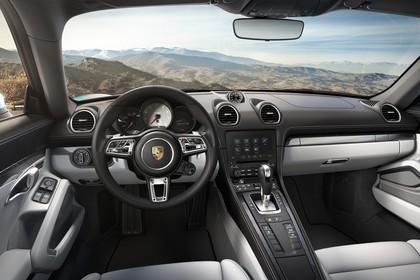 Porsche 718 Cayman S 982 Innenansicht statisch Vordersitze und Armaturenbrett fahrerseitig