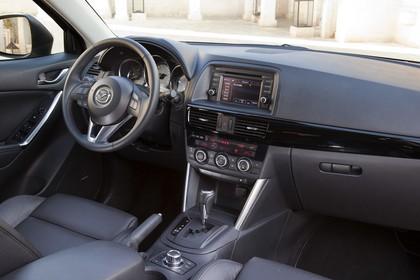 Mazda CX-5 KE Innenansicht statisch Vordersitze und Armaturenbrett beifahrerseitig