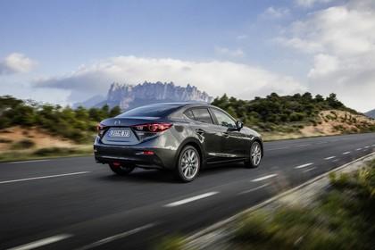 Mazda 3 BM Viertürer Aussenansicht Heck schräg dynamisch grau