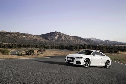 Audi TT 8S Aussenansicht Front schräg statisch weiss