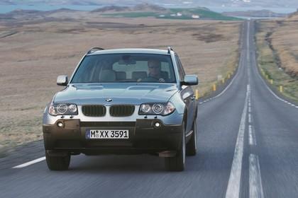 BMW X3 E83 Aussenansicht Front schräg dynamisch blau