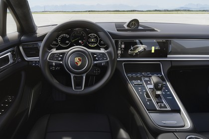 Porsche Panamera Turbo S E-Hybrid 971 Innenansicht statisch Vordersitze und Armaturenbrett