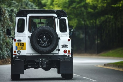 Land Rover Defender Dreitürer Aussenansicht Heck statisch weiß