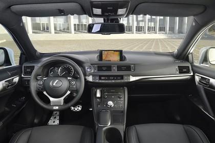 Lexus CT 200h Innenansicht statisch Vordersitze und Armaturenbrett