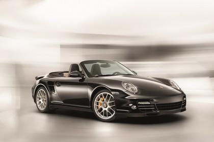 Porsche 911 Carrera Turbo Cabriolet 997.2 Aussenansicht Front schräg statisch Studio schwarz