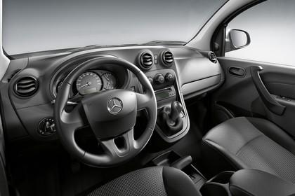 Mercedes-Benz Citan W415 Innenansicht statisch Studio Vordersitze und Armaturenbrett fahrerseitig