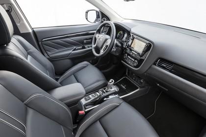 Mitsubishi Outlander Plug-in-Hybrid CWO Innenansicht Studio Beifahrersicht schwarz