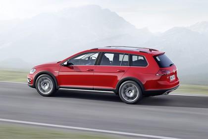 VW Golf 7 Alltrack Variant Aussenansicht Seite dynamisch rot