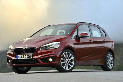 BMW 2er Active Tourer Aussenansicht Front schräg statisch rot