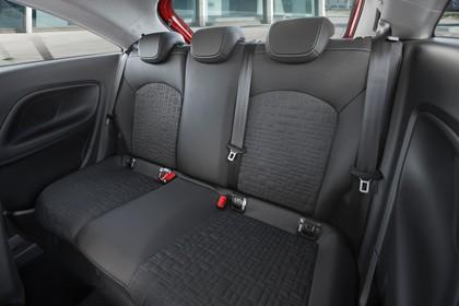 Opel Corsa E Dreitürer Innenansicht Rücksitzbank statisch rot
