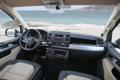 VW T6 Caravelle SG/SF Innenansicht statisch Vordersitze und Armaturenbrett beifahrerseitig