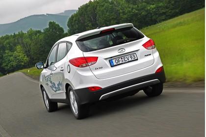 Hyundai ix35 Fuel Cell EL Aussenansicht Heck schräg dynamisch weiß