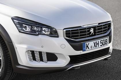 Peugeot 508 RXH 8 Aussenansicht Front schräg statisch Detail Scheinwerfer Nebelscheinwerfer links und Grill weiss
