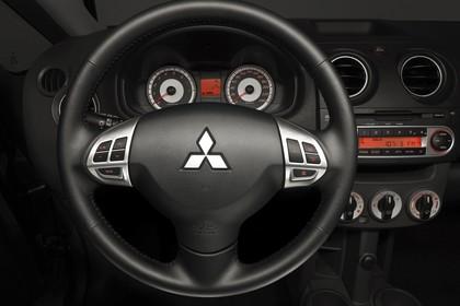 Mitsubishi Colt Z30 Dreitürer Innenansicht statisch Studio Lenkrad und Armaturenbrett fahrerseitig