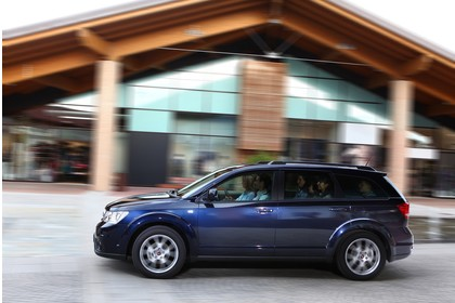 Fiat Freemont JC Aussenansicht Seite dynamisch dunkelblau