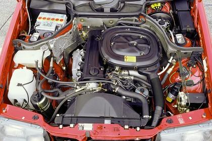 Mercedes E-Klasse Limousine W124 Aussenansicht Detail Motorraum statisch rot