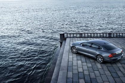 Volvo S90 Aussenansicht Heck schräg erhöht statisch blau