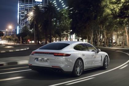 Porsche Panamera Turbo S E-Hybrid 971 Heck schräg dynamisch weiss