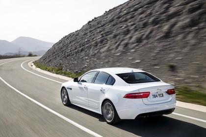 Jaguar XE X760 Aussenansicht Heck schräg dynamisch weiss