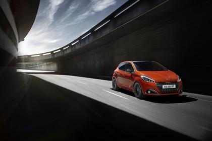 Peugeot 208 A9 Aussenansicht Front schräg dynamisch orange