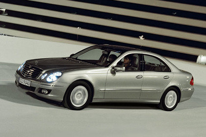 E-Klasse Limousine W211 Aussenansicht Front schräg dynamisch silber