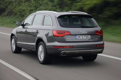 Audi Q7 4L Aussenansicht Heck schräg dynamisch grau