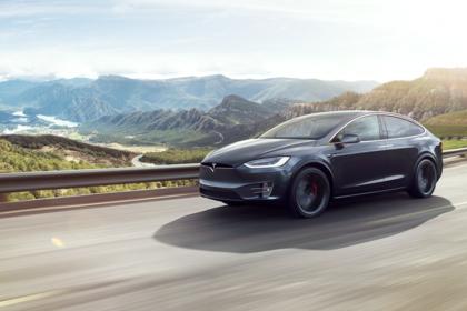 Tesla Model X Aussenansicht Front schräg dynamisch schwarz