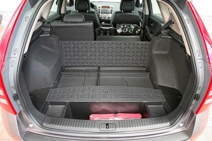 Kia Cee`d SW Aussenansciht Kofferraum geöffnet Rückbank umgeklappt statisch rot