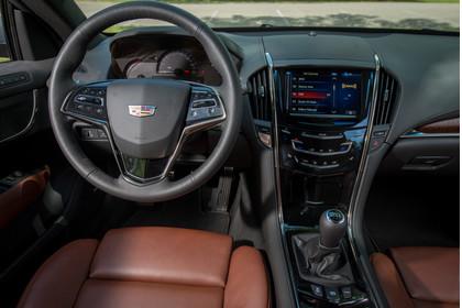 Cadillac ATS Coupé Innenansicht statisch Vordersitze und Armaturenbrett fahrerseitig