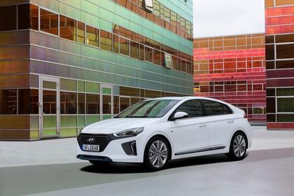 Hyundai IONIQ Aussenansicht Front schräg statisch weiss