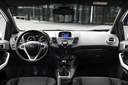 Ford Fiesta JA8 Dreitürer Innenansicht zentral statisch schwarz