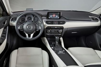 Mazda 6 Limousine GJ Innenansicht statisch Studio Vordersitze und Armaturenbrett fahrerseitig