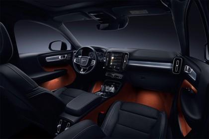 Volvo XC40 Innenansicht statisch Studio Vordersitze und Armaturenbrett beifahrerseitig