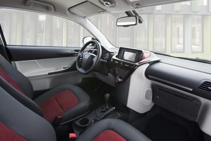 Toyota iQ AJ1 Innenansicht Beifahrerposition statisch schwarz weiß rot